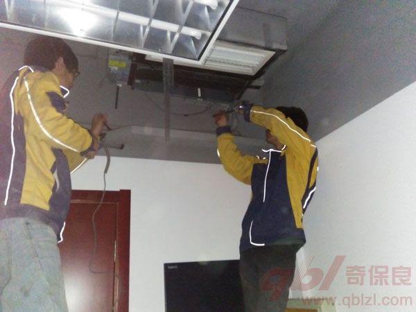 第三步,安装区域空调孔处理 内墙洞口位置要水平或稍低于空调排水管